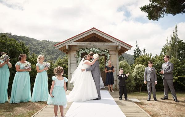 Outdoor wedding at Silverstream Retreat